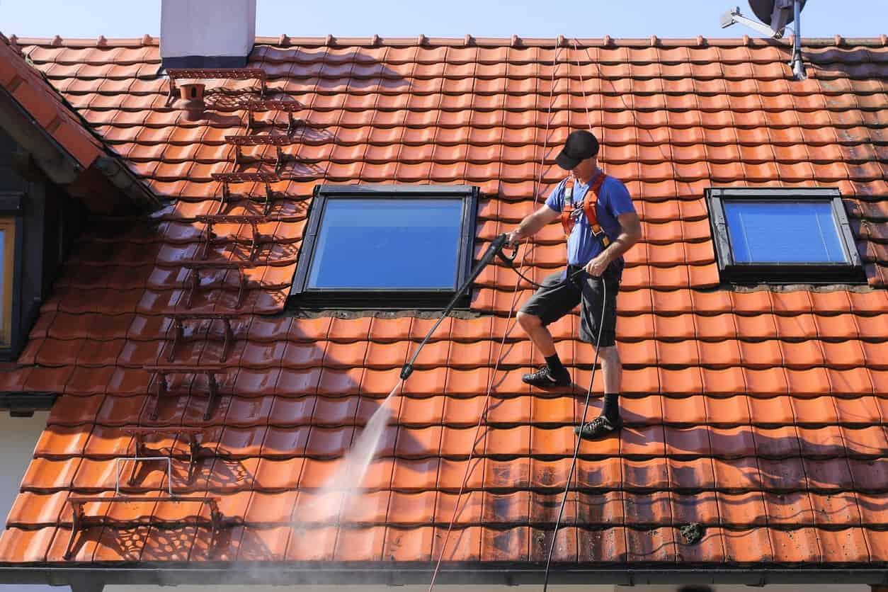 L'entretien de la toiture : à qui doit-on faire appel ?